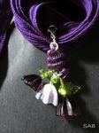 Anhänger mit 3 Blümchen in lila und lila/weiß, einem großen Blatt und zwei kleinen Blättern, mit einer lilalen Drahtspirale