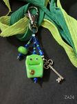 Taschenbaumler mit grünem Monster und Schlüssel-Charm
