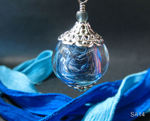 Hohlperle mit Garnfäden gefüllt, blau/weiß